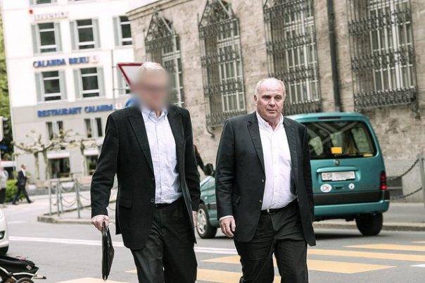 Uli Hoeness und sein unbekannter Begleiter kurz nach Verlassen des GKB-Gebäudes Bild: Marco Hartmann