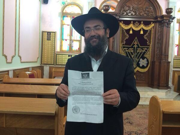 Rabbi Vishedski, im Bild mit einem der verteilten Propaganda-Briefe.