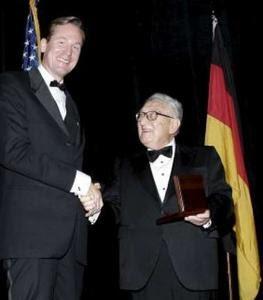 Matthias Döpfner erhält die Leo-Baeck-Medaille von Henry Kissinger